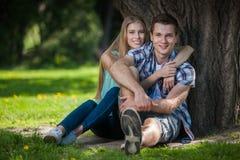 Glückliche junge Leute draußen stockfotografie