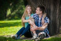 Glückliche junge Leute draußen lizenzfreie stockfotos
