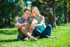 Glückliche junge Leute draußen lizenzfreies stockbild
