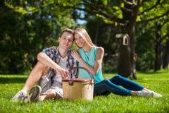 Glückliche junge Leute draußen stockbilder