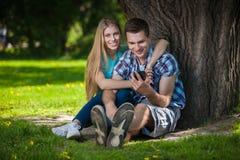 Glückliche junge Leute draußen stockfoto