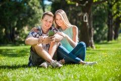 Glückliche junge Leute draußen lizenzfreie stockbilder