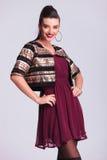 Glückliche junge Modefrau, die an der Kamera lächelt Lizenzfreie Stockfotografie
