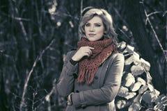 Glückliche junge Modefrau, die in Herbstwald geht Stockbild