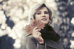 Glückliche junge Modefrau, die in Herbstwald geht Lizenzfreie Stockfotos