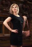 Glückliche junge Modefrau im schwarzen Kleid gehend in Stadtstraße Lizenzfreie Stockfotos