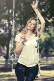 Glückliche junge Modefrau mit Apfel im Stadtpark Lizenzfreies Stockfoto
