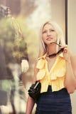 Glückliche junge Modefrau mit dem Handtascheneinkaufen im Mall Stockbild