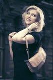Glückliche junge Modefrau mit dem Handtaschengehen im Freien Stockfotos