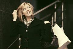 Glückliche junge Modefrau mit Einkaufstaschen Stockbild