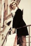 Glückliche junge Modefrau mit Einkaufstaschen Stockbilder