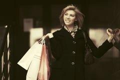 Glückliche junge Modefrau mit Einkaufstaschen Lizenzfreie Stockfotografie
