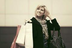 Glückliche junge Modefrau mit Einkaufstaschen Lizenzfreie Stockfotos
