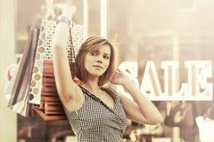 Glückliche junge Modefrau mit Einkaufstaschen gehend in das Mall Lizenzfreie Stockfotografie