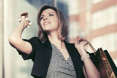 Glückliche junge Modefrau mit Einkaufstaschen gehend in Stadtstraße Lizenzfreies Stockfoto