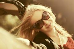 Glückliche junge Modefrau nahe bei ihrem Auto Stockbilder