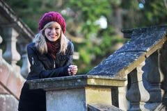 Glückliche junge moderne Frau draußen stockfotos