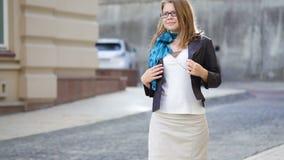 Glückliche junge modische Frau in den Gläsern gehend in eine städtische Stadt stock footage
