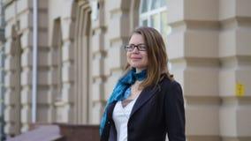 Glückliche junge modische Frau in den Gläsern gehend in eine städtische Stadt stock video