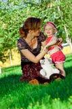 Glückliche junge Mutter mit dem Tochterstillstehen Stockbilder