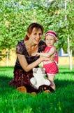 Glückliche junge Mutter mit dem Tochterstillstehen Lizenzfreies Stockfoto