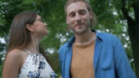 Glückliche junge Mutter mit dem Vater, der wenig Tochter betrachtet und draußen umarmt stock video