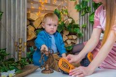 Glückliche junge Mutter und ihr Babysohn, die togerher spielt Lizenzfreies Stockfoto