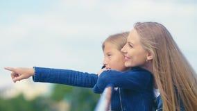 Glückliche junge Mutter und Tochter Lizenzfreies Stockfoto