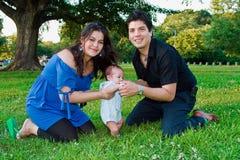 Glückliche junge neue Familie Stockfotos