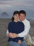 Glückliche junge Paare auf dem Strand lizenzfreie stockfotos