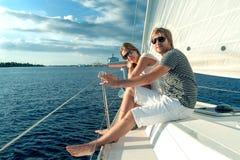 Glückliche junge Paare auf einer Yacht stockfotos