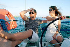 Glückliche junge Paare auf einer Yacht stockbild