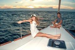 Glückliche junge Paare auf einer Yacht stockbilder