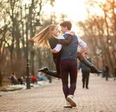 Glückliche junge Paare in den Liebesjungvermählten, die froh Spaß im Stadtpark haben stockfoto