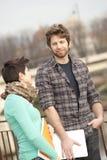 Glückliche junge Paare der Kursteilnehmer stockbilder