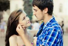 Glückliche junge Paare in der Liebe in der Stadt Lizenzfreie Stockfotos