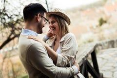 Glückliche junge Paare in der Liebe, die im Freien umarmt und lächelt stockfotos