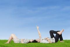Glückliches Paar, das auf den Himmel zeigt Lizenzfreies Stockfoto