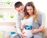 Glückliche junge Paare, die Baby erwarten Stockfoto