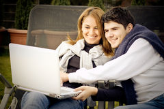 Glückliche junge Paare, die das Internet surfen Stockfotografie