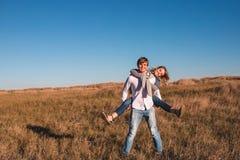 Glückliche junge Paare, die draußen spielen und lachen stockbild