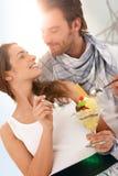 Glückliche junge Paare, die Eiscreme am Sommer essen Stockfotos