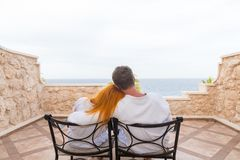 Glückliche junge Paare, die Ferien genießen Stockbild