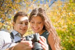 Glückliche junge Paare, die Kamera betrachten Lizenzfreies Stockfoto