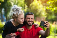 Glückliche junge Paare, die selfie auf Natur tun Stockfoto