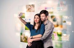 Glückliche junge Paare, die selfie Fotos machen Lizenzfreie Stockfotografie