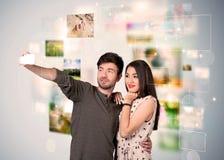 Glückliche junge Paare, die selfie Fotos machen Lizenzfreies Stockfoto