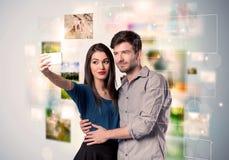 Glückliche junge Paare, die selfie Fotos machen Lizenzfreies Stockbild