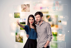 Glückliche junge Paare, die selfie Fotos machen Stockbild