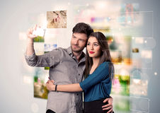 Glückliche junge Paare, die selfie Fotos machen Stockbilder